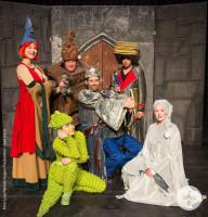Das Bild zeigt Ritterrost in der Burg gemeinsam mit den anderen Akteuren
