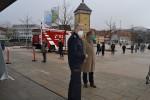 Oberbürgermeister Thomas Keck (rechts) und Feuerwehrkommandant Harald Herrmann stehen vor der Stadthalle.