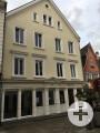 Zu sehen ist die Frontansicht des Gebäudes Wilhelmstraße 116-1 mit hellgelber Fassade.