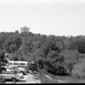 Parkplatz Autohaus Max Moritz im Hintergrund das Hochhaus der Texas-Siedlung