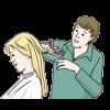 Man sieht einen Mann, der einer Frau die Haare schneidet.