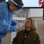 Feuerwehrarzt Dr. Markus Böbel macht einen Schnelltest bei Susanne Braun, Leiterin der Kita Aachener Straße