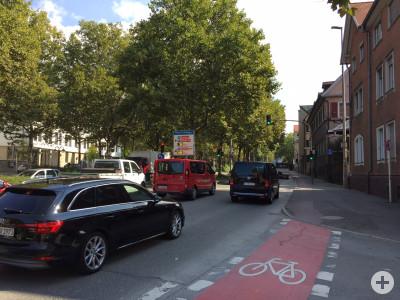 Foto mit Blick auf die Konrad-Adenauer-Straße mit Auto und Messgerät