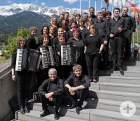 Auf-dem-Foto-sind-die-Orchestermitglieder-zu-sehen