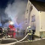 Die Feuerwehr löscht einen Brand in einem Wohnhaus in der Reichenecker Straße in Sondelfingen