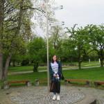 Studentin der University of Chester am Partnerstädte-Wegweiser in der Pomologie