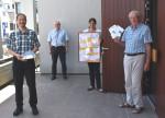 Patrick Görlich (von links; teilnehmender Bürger), Robert Hahn, Ute Bruckinge und Otto Haug präsentieren vor dem Rathaus Planungen und Ergebnisse der Nachbarschaftgespräche im Rigenlbach