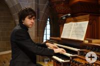 Auf dem Foto ist Tim Krüger an der Orgel zu sehen
