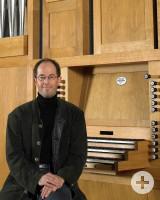 Auf-dem-Foto-ist-Herr-Dorfner-vor-der-Orgel-zu-sehen