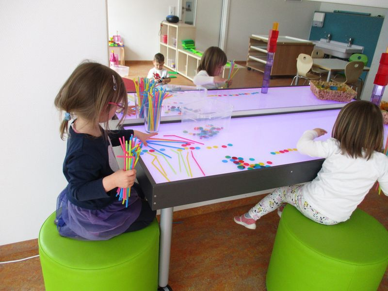 Städtisches Kinderhaus Alice-Haarburger-Straße - Kinder am Lichttisch im Forscher-Zimmer