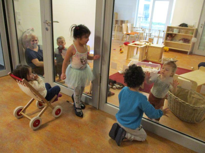Städtisches Kinderhaus Alice-Haarburger-Straße - Krippe mit Türe zum Elementarbereich