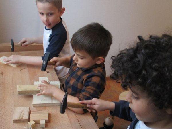 Städtisches Kinderhaus Alice-Haarburger-Straße - Kinder am Werkeln mit Hammer