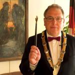 Oberbürgermeister Thomas Keck beim Schwörtagseid. Er hält den Schwörstab in der rechten Hand.