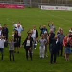 Die erfolgreichen Sportlerinnen und Sportler mit Oberbürgermeister Thomas Keck und Erstem Bürgermeister Robert Hahn auf dem Rasen des Stadions an der Kreuzeiche
