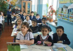 Blick in das Klassenzimmer einer Schule in Duschanbe mit Mädchen und Jungen