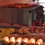 Grillgut auf zwei Grills beim AWO-Sommerfest