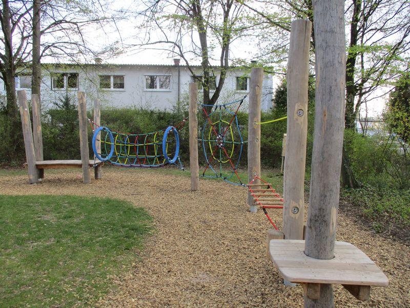 Städtisches Kinderhaus Aachener Straße - Garten mit Klettergelegenheiten