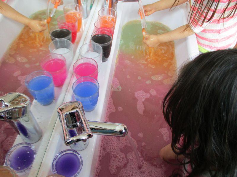 Städtisches Kinderhaus Alice-Haarburger-Straße - Kinder am Waschbecken im Atelier