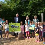 OB Keck steht zusammen mit den Kindergartenkindern der Aachener Straße auf dem Spielplatz