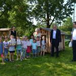 Oberbürgermeister Thomas Keck, die Kindergärtner und die Kinder der Schleestraße stehen im Garten im Grünen.
