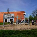 Mehrere Kinder spielen an der Spiel- und Bewegungsanlage am BZN