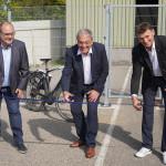 Die WAFIOS-Vorstände Dr. Uwe-Peter Weigmann (l.) und  Martin Holder (r.) eröffnen die Fahrradgarage mit dem Zerschneiden eines blauen Bandes.