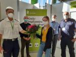 Der letzte Impfling erhält einen Blumenstrauß