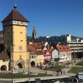 Blick von der Stadthalle auf das Tübinger Tor und das Rathaus. Im Hintergrund die Marienkirche - Foto: Stadt Reutlingen