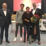 Oberbürgermeister Thomas Keck (links) gratuliert Roland Wintzen (rechts) zur Wahl zum Finanzbürgermeister. Neben ihm Ehefrau Kira und Sohn Louis