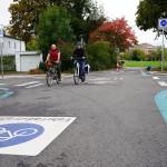 Zwei Fahrradfahrer radeln auf dem umgestaltete Knotenpunkt