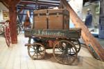 Alter Holzkarren mit verschließbarer Kiste
