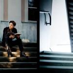 Benjamin Moser sitzend auf einer Treppe mit einem Buch in der Hand (links) und Maximilian Hornung stehend auf einer Treppe mit einem Cello in der Hand (rechts)