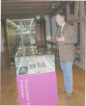 Dr. Günther Wahlefeld, stellvertretender Museumsleiter erläutern die Ausstellung