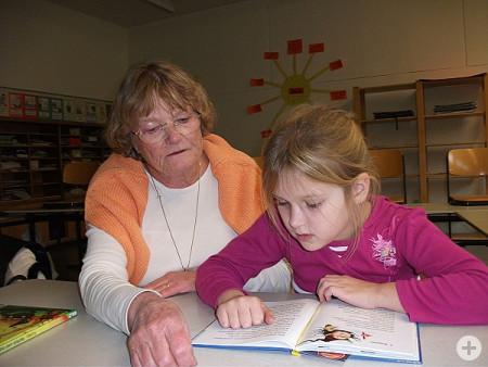 Auf dem Bild ist die ehrenamtliche Lese-Lern-Mentorin, Gudula Afanasjew mit ihrem Schulkind Natasha zu sehen
