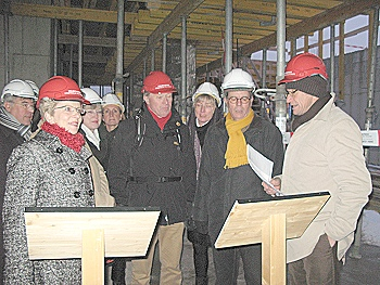 Projektleiter Klaus Kessler (rechts) erläutert Details im künftigen Foyer der Stadthalle