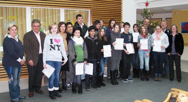 Die Schülerinnen und Schüler mit ihren Urkunden