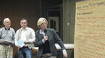 An großen Stellwänden hielten die Workshop-Teilnehmer ihre Anregungen fest