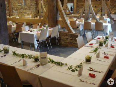 Blick in den Bürgersaal mit festlich gedeckter Hochzeitstafel - Bild: www.betzinger-foerderverein.de