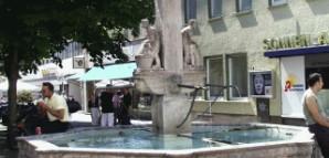 """Gerber- und Färberbrunnen:  Errichtet 1921 von Josef Zeitler anstelle des """"Löwenbrunnens"""". Gerber und Färber symbolisieren den Reutlinger Gewerbefleiß."""