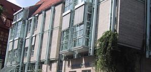 Stadtbibliothek:  Historische Bibliotheksstiftung 1652 durch Bürgermeister Matthäus Beger (1588-1661). Moderner Neubau errichtet zwischen 1982 und 1984 nach den Plänen des Architekturbüros Prof. Rossmann und Partner; 1985 eingeweiht.