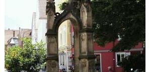 Lindenbrunnen:  Geschaffen 1544 von Hans Huber; erneuert 1954.