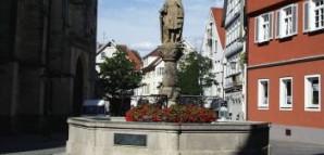 Kirchbrunnen: 1561 von Hans Motz errichtet. Dargestellt ist der Stauferkaiser Friedrich II. (1194-1250) mit der - verschollenen - Stadterhebungsurkunde. Erneuertes Standbild von 1903.