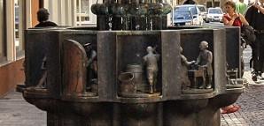 Zunftbrunnen: 1983 geschaffen von Bonifatius Stirnberg. Kleinskulpturen stellen den für die zwölf Reutlinger Zünfte jeweils namengebenden Handwerkerberuf dar. Die Zünfte wurden nach 1862 aufgelöst.