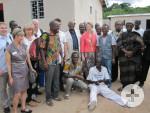 Delegationsmitglieder, Vertreter der Stadt Bouaké und Patienten von Saint Camille bei der Einweihung
