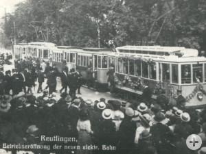 Geschmückte Eröffnungszüge stehen am 24. Juli 1912 vor dem Hauptbahnhof bereit zum Empfang der Ehrengäste aus Stuttgart