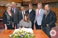 Ministerin Öney trägt sich ins Goldene Buch der Stadt Reutlingen ein