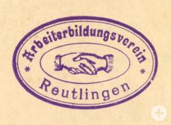 """Die zwei verschlungenen Hände im Stempel des Arbeiterbildungsvereins symbolisieren den """"Bruderbund"""" der Arbeiter – das Motiv geht auf die 1848 gegründete Organisation """"Allgemeine deutsche Arbeiterverbrüderung"""" zurück."""