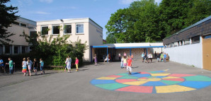 Pausenhof_mir_Schule_und_Turnhalle