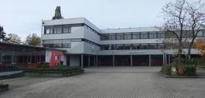Eingangsbereich und Teil des Schulhofes