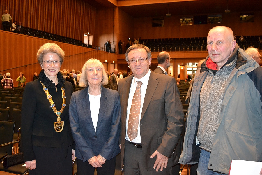 Oberbürgermeisterin Barbara Bosch und die Träger der Verdienstmedaille